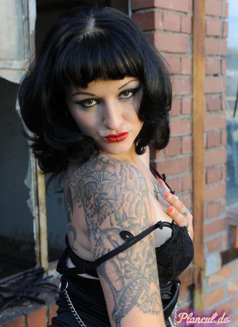 Femme tatouée plan cul sur Chatellerault