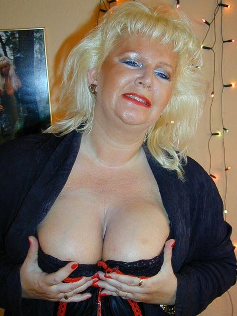 Plan cul femme cougar blonde aux gros nichons